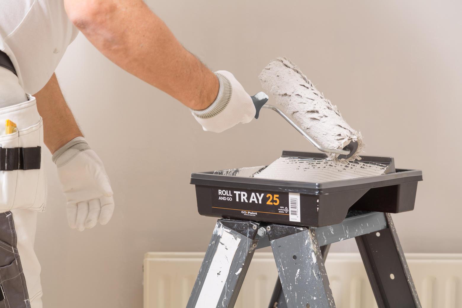 Le bac à peinture robuste est également stable sur une échelle