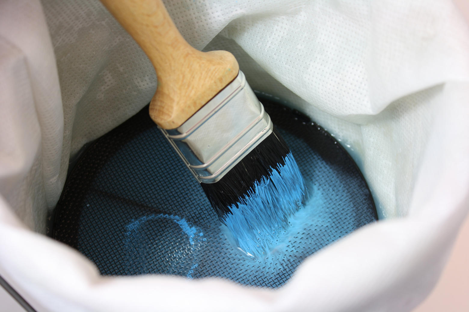 Wipe the brush firmly across the filter for around 20 seconds.