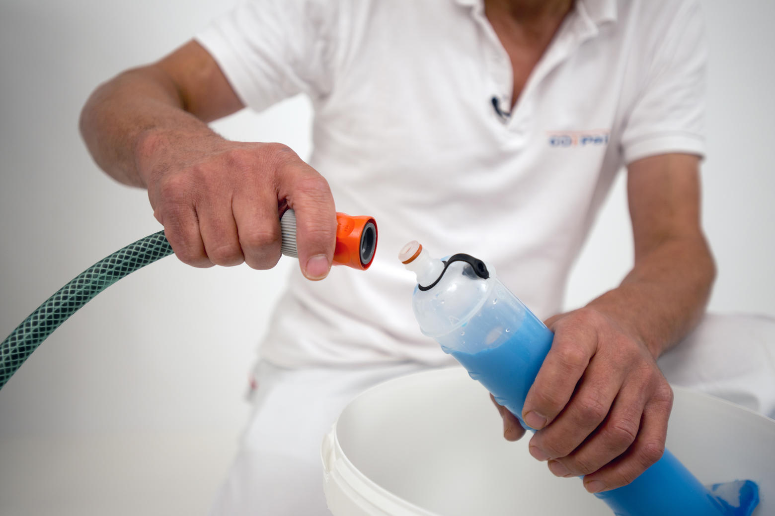 Raccordez-le Roller Cleaner à un flexible à l'aide d'un raccord standard.