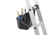 Met het hengsel naar achteren hangt de ToolTray recht en stabiel aan een ladder
