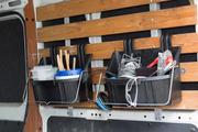 Gebruik een paar ToolTrays als hangende organizers in de bestelbus