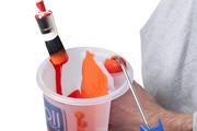 Roller past precies in het handvat en de kwast strijk je eenvoudig af aan de afstrijkrand.